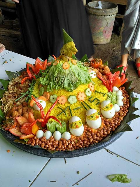 Nasi Tumpeng Dan Telur Bulat