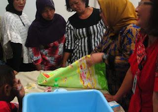 Praktek Memandikan, Membedong dan Merawat Tali Pusar Bayi 3