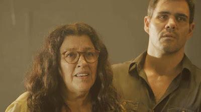 Lurdes (Regina Casé) reencontra o filho desaparecido em 'Amor de Mãe' — Foto: Globo