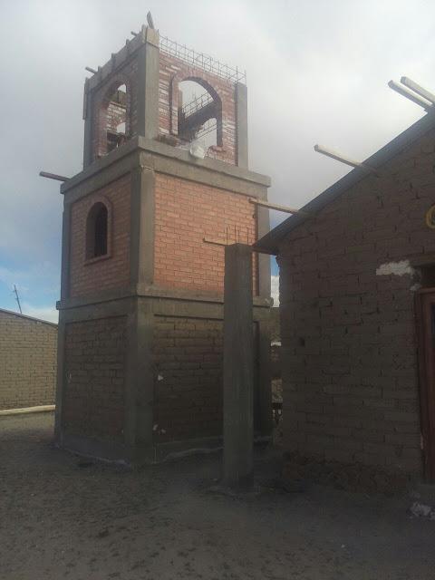 Im Andendorf Relave sind wir mit dem Bau des Kirchturms für die neue Kapelle beschäftigt.