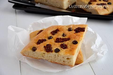 Focaccia con pomodori secchi e olive