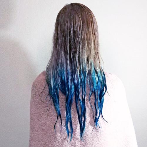 Pelo rubio con tinte azul recién aplicado de medios a puntas