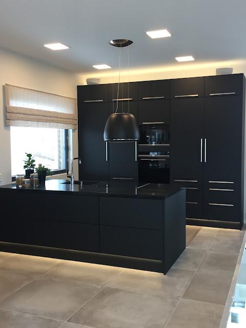 musta keittiö, Jokilammi, asuntomessut, Porin Asuntomessut, mustat kaapistot, tumma keittiö, musta liesituuletin, musta saareke