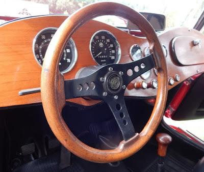 Volante, painel e manopla de câmbio em madeira: material orgânico para deixar o carro aconchegante.