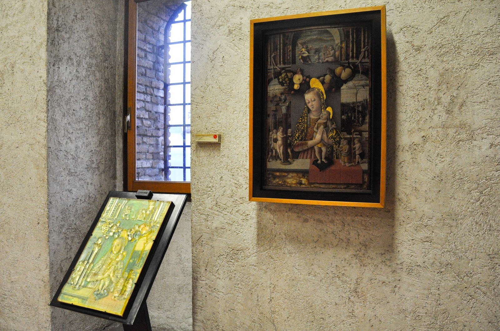 A painting and its representation in embossed glass for the visually impaired in the Museum of Castelvecchio in Verona