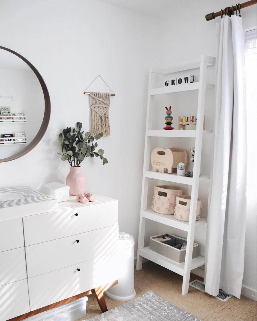 Proste i przytulne wnętrze w bieli, wystrój wnętrz, wnętrza, urządzanie domu, dekoracje wnętrz, aranżacja wnętrz, inspiracje wnętrz,interior design , dom i wnętrze, aranżacja mieszkania, modne wnętrza, białe wnętrza, wnętrza w bieli, styl skandynawski, minimalizm, naturalne dodatki, jasne wnętrza, pokój dziecięcy, komoda, przewojak, regał