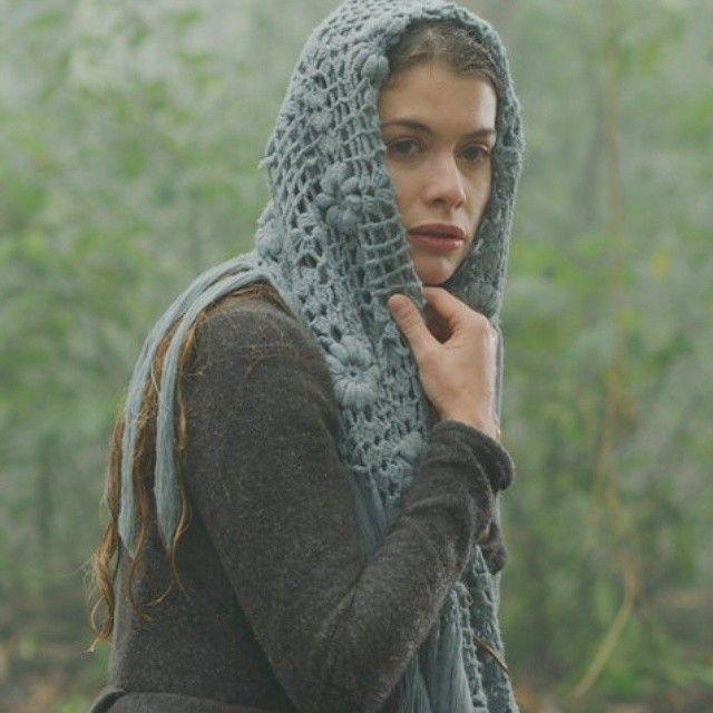 Novela Além do tempo, vestido Lívia (Aline Moraes), casaco com cachecol de lã
