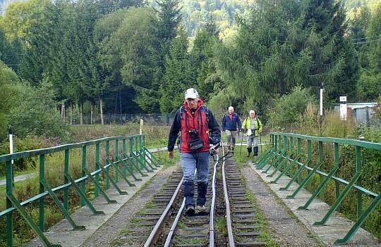 Przez most Bieszczadzkiej Kolejki Leśnej nad Solinką.
