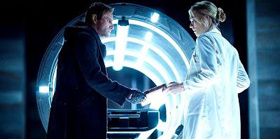 Aaron Eckhart şi Yvonne Strahovski în filmul I, Frankenstein