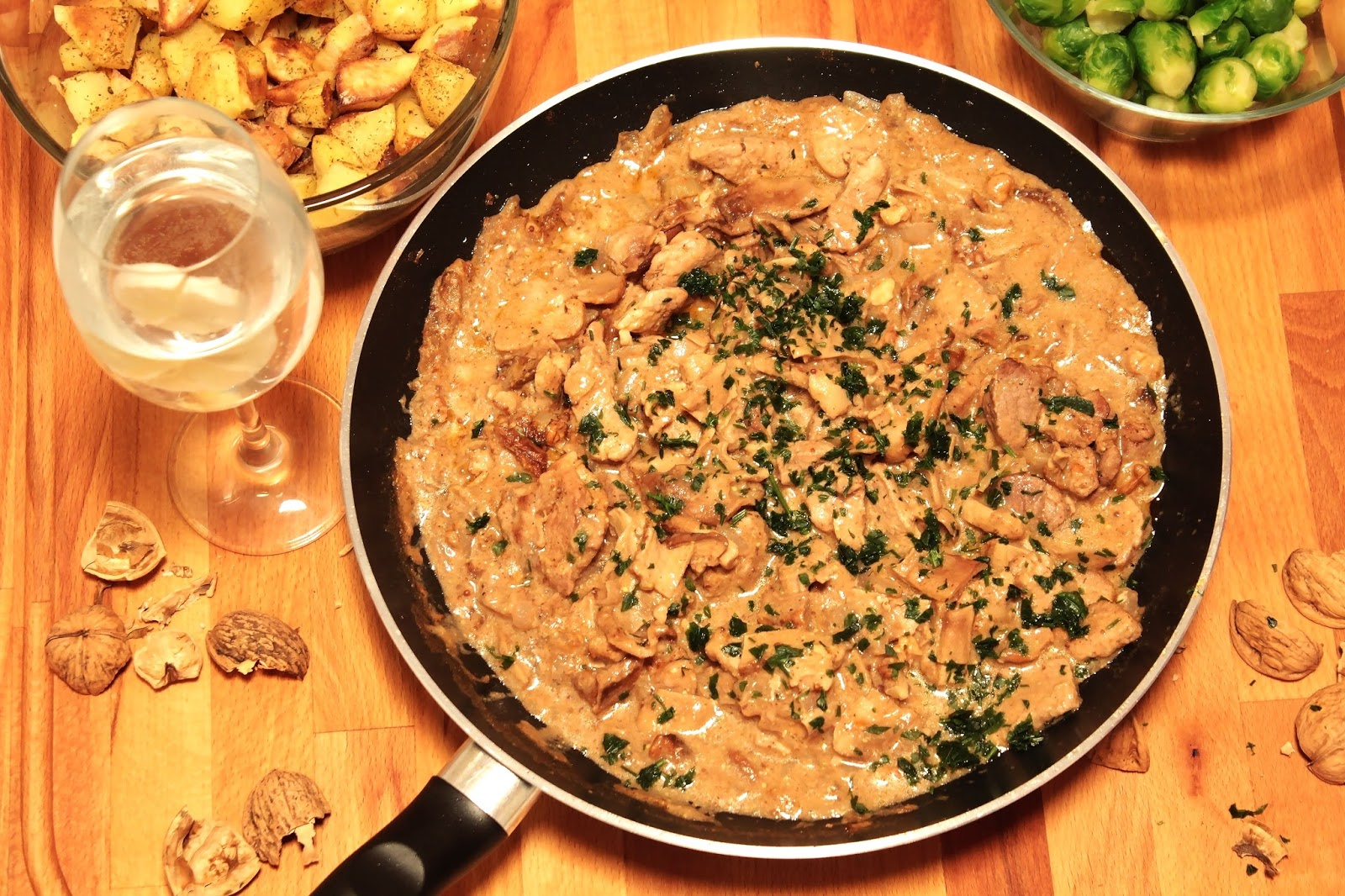Polędwiczki wieprzowe w sosie grzybowo-musztardowym z orzechami włoskimi