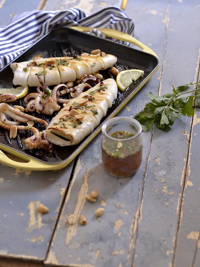 Contigo en la playa calamar a la parrilla con salsa thai for Cocinar 7 mares