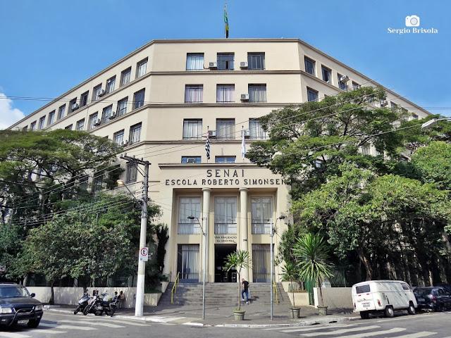 Vista ampla da fachada da Escola SENAI Roberto Simonsen - Brás - São Paulo