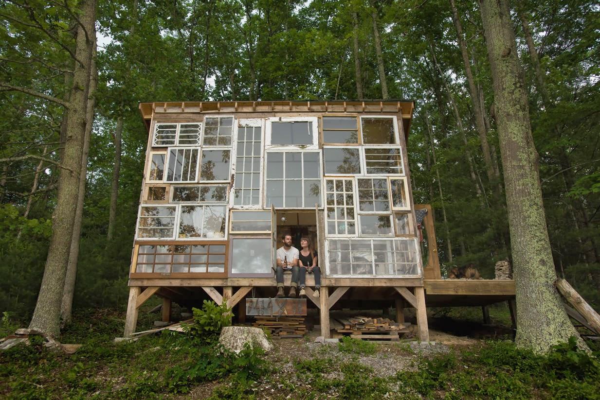 Home garden une maison avec fa ade en fen tres recycl es for Fenetre facade