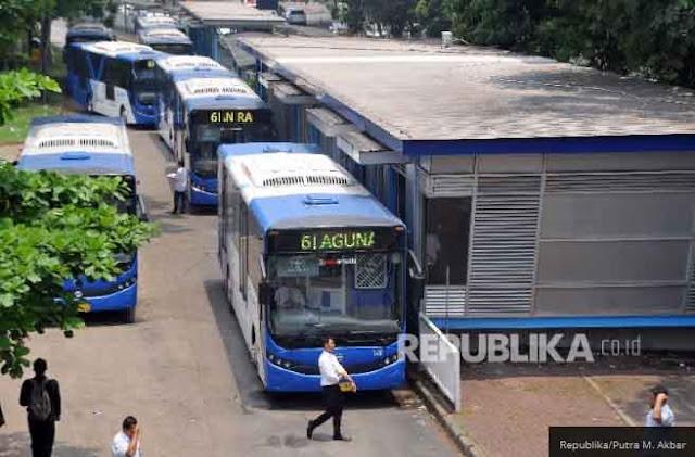 Mulai 1 Januari Buruh Bergaji UMP Gratis Naik Transjakarta