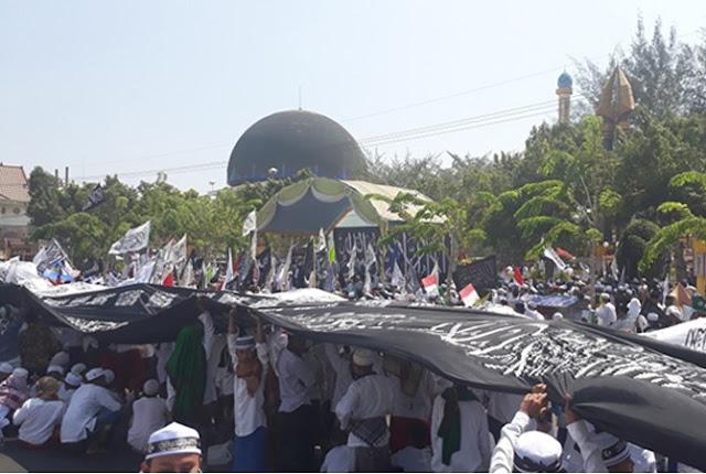 Ribuan Santri Bentangkan Bendera Kalimat Tauhid