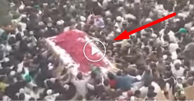 Video Ketika Jenazah Pembela Nabi disholati 6 Juta Muslim Karena Dihukum Gantung, Setelah Membunuh Hakim Penghina Rasulullah