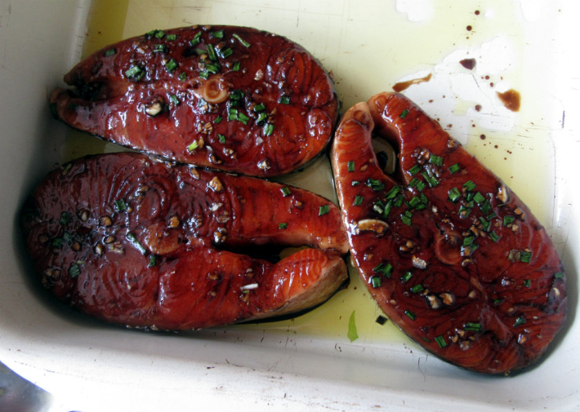 Maple-soy glazed salmon steaks by Laka kuharica: sprinkle with chives and bake in the oven