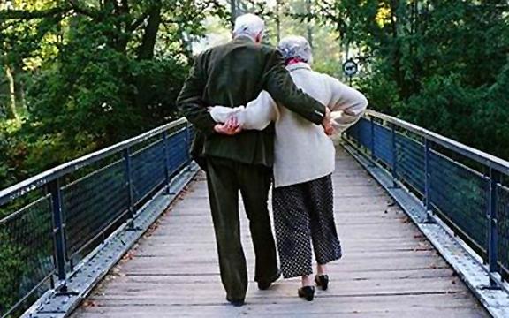 https://i2.wp.com/4.bp.blogspot.com/-nmN52PdSLXM/UASLpbl3iMI/AAAAAAAACAs/xGjMSEikpkg/s1600/old-couple-holding-hands.jpg