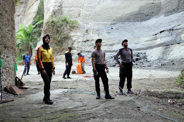 Siaga Bencana, Polwan Ikut Turun Tebing