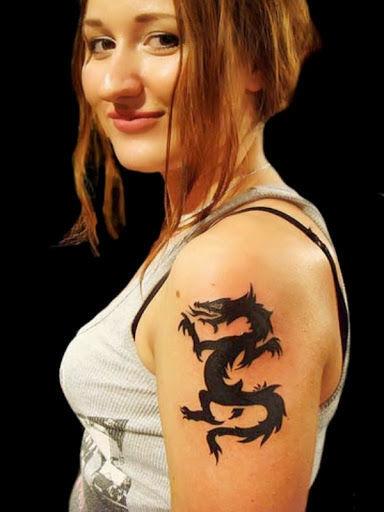 Nữ xăm rồng quanh tay