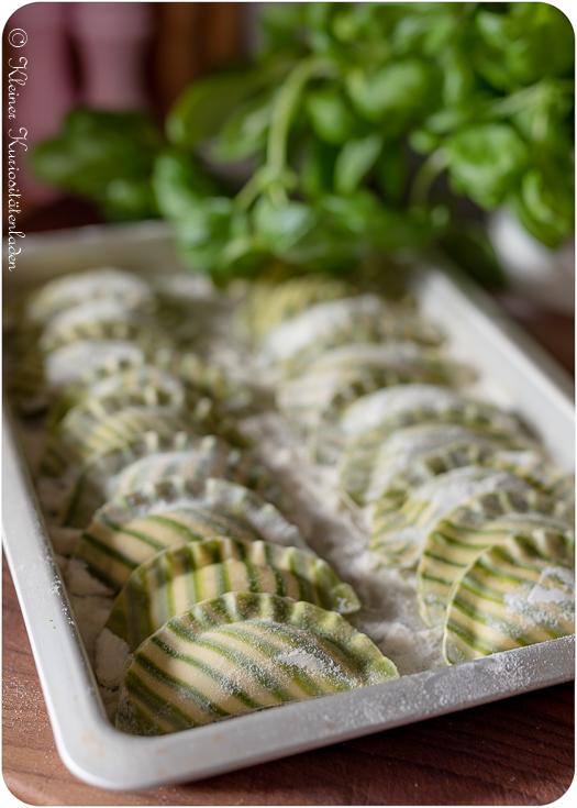 Die fertigen Ravioli werden rundherum in Hartweizengrieß gewendet und auf einem, ebenfalls mit Hartweizengrieß ausgelegten, Blech gelagert