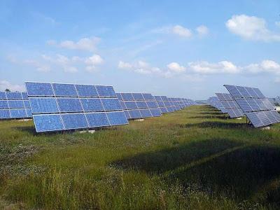 Parque de energia solar em Erlasee. Mas a Alemanha não tem o sol que necessitaria