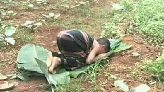 Foto Bocah Sholat di Kebun Beralaskan Daun Pisang Yang Jadi Viral