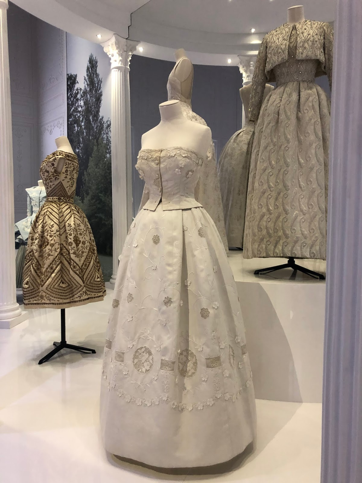 christian dior exhibition v and a embroidered suit