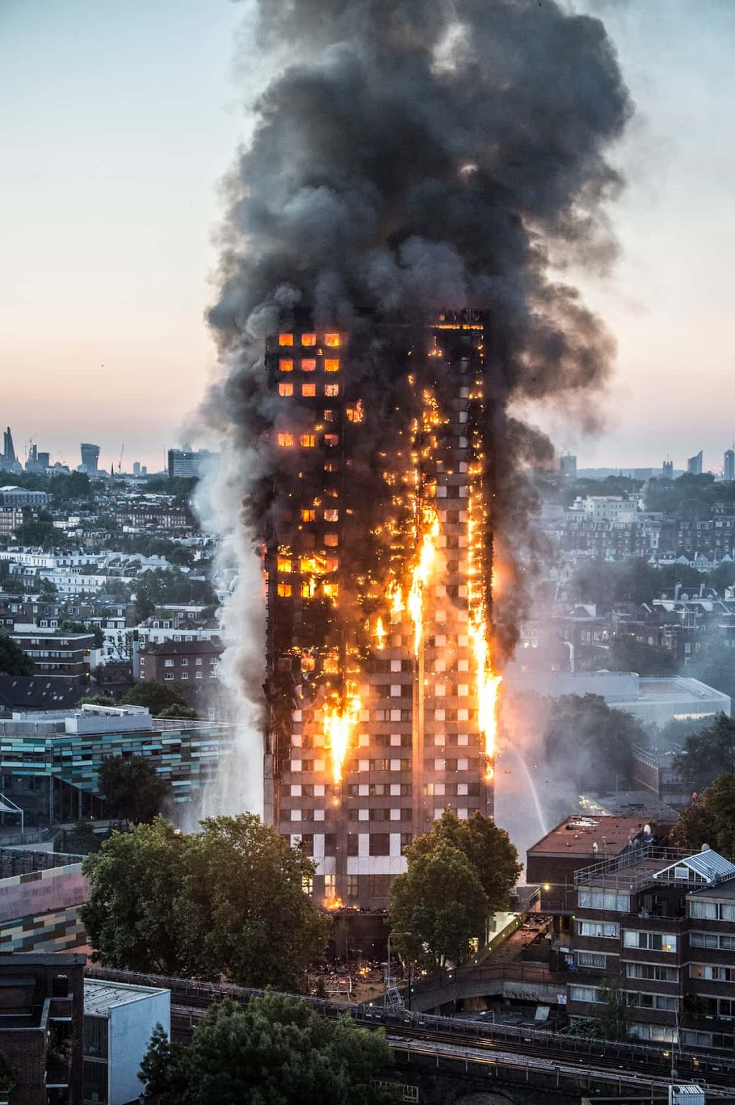 25 Of The Most Intriguing Pictures Of 2017 - A blaze engulfs Grenfell Tower in Notting Hill