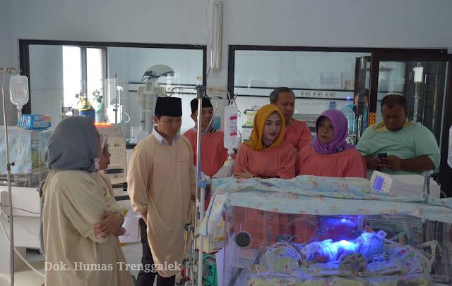 Didampingi Istri, Moch. Nur Arifin Jenguk Bayi Dibuang di RSUD Dr. Soedomo