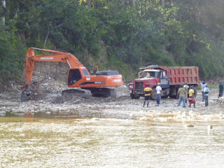 Resultado de imagen para EXTRAYENDO MATERIALES DEL CAUCE DE UN RIO EN BARAHONA