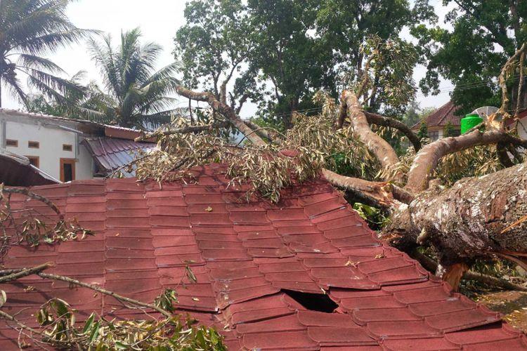 Sukabumi Kabupaten Cikembar kembali di terjang angin puting beliung akibatnya 8 rumah rusak dan roboh