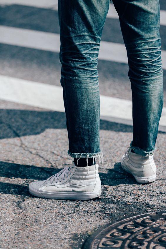 Calça Jeans Masculina com Barra Cortada Desfiada e Tênis Vans Branco