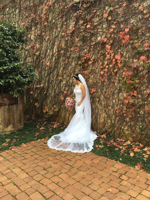 fotos da noiva na parede de folhas