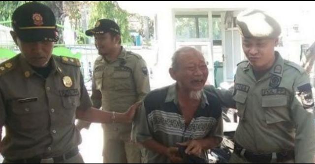 Kakek Tua Ditangkap Saat Mengemis, Satpol PP Malah Terkaget-kaget Lihat Isi Rumahnya