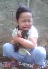 Lucunya Anak Kecil Menangisi Ayam Kesayangannya Mati
