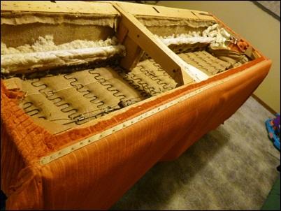 grampos embaixo do sofa tecido