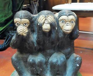 figura a gran tamaño de los tres monos sabios en el deaembalaje de cantabria en torrelavega Trapichero