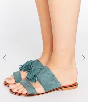 http://www.asos.fr/asos/asos-forgiven-mules-en-daim-a-pampilles-pointure-large/prd/7295503?iid=7295503&clr=Teal&SearchQuery=&cid=4172&pgesize=204&pge=0&totalstyles=1172&gridsize=4&gridrow=22&gridcolumn=1#