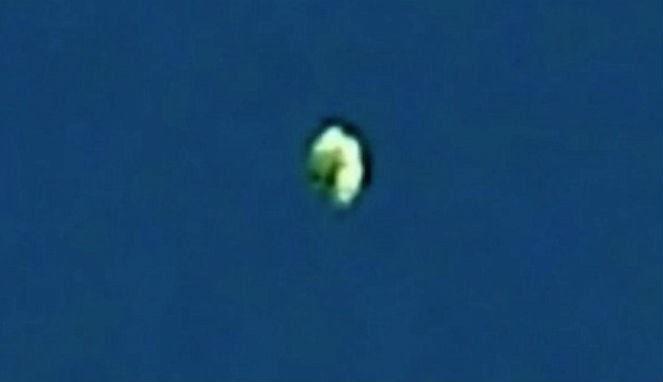 perak terlihat melayang, saat diadakannya konferensi paranormal ...