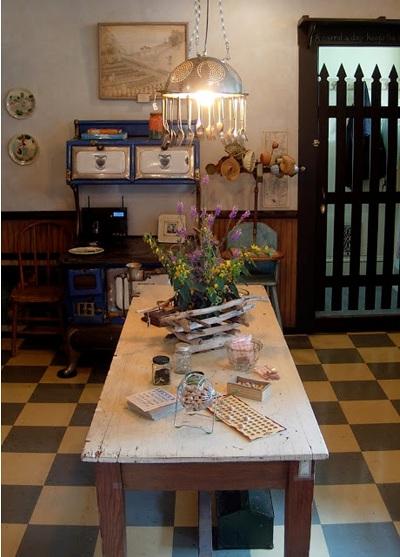 Modifikasi sangku nasi jadi chandelier bergaya vintage primitive juga menarik