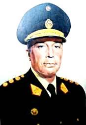 Foto de Francisco Morales Bermúdez con uniforme militar