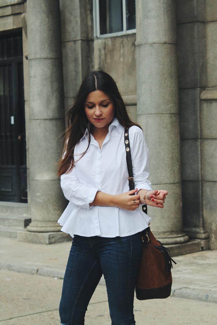 Outfit llevando camisa blanca peplum, jeans y botines de ante marrones