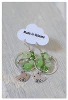 boucles d'oreilles rondes oiseaux argentés et perles vertes