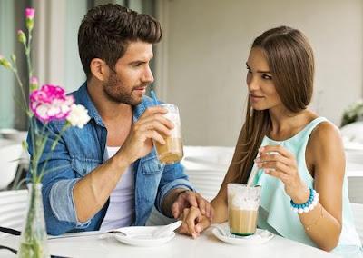 كيف تجعل النساء والفتيات تحبك بجنون رجل امرأة موعد غرامى عاطفى اللقاء الاول man woman love romance date couple chatting