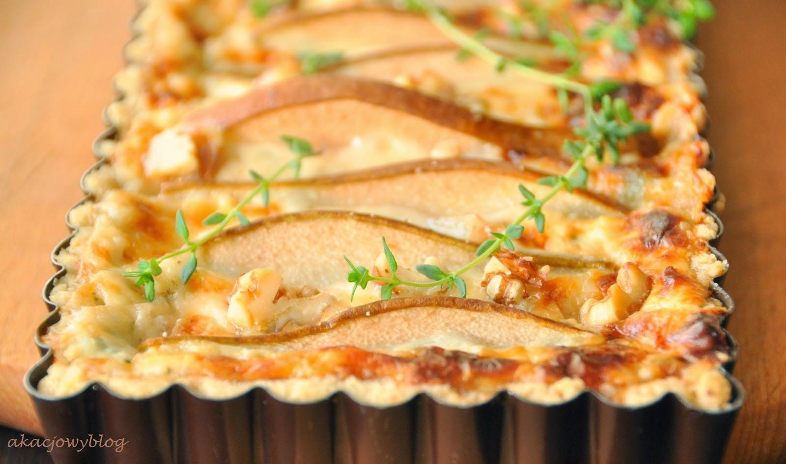 Tarta z serem pleśniowym, gruszkami i orzechami włoskimi.