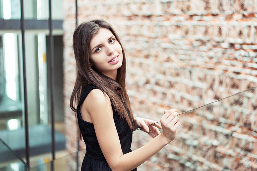 Uśmiech kobiety, elegancka sesja zdjęciowa, Lublin.