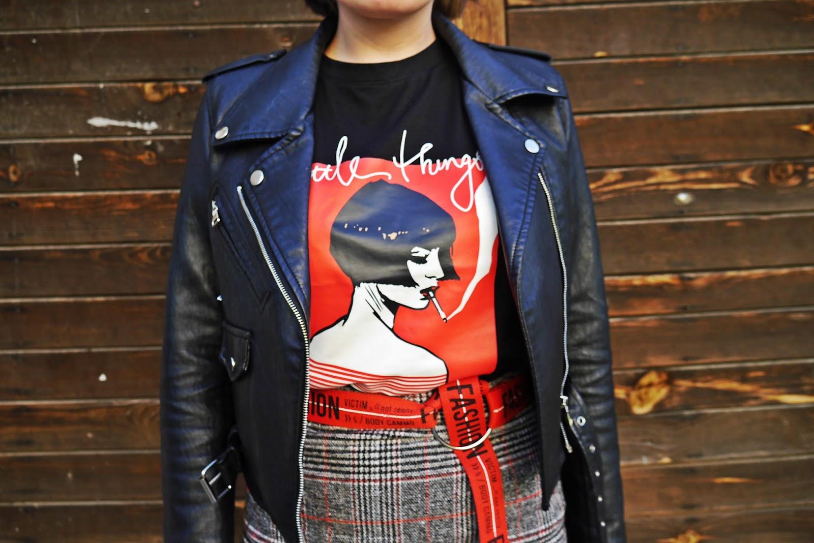 6_spodnica_w_krate_czerwone_botki_t-shirt_z_nadrukiem_karyn_blog_modowy_220418