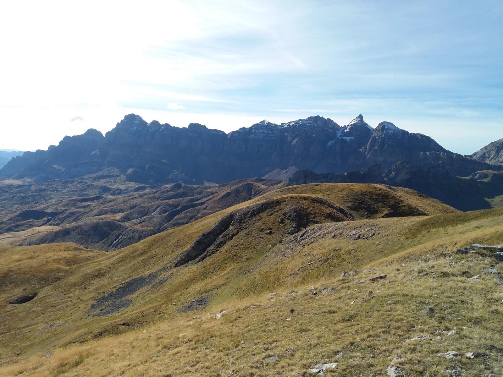yotiroparriba: Pico Tres Hombres y Peña Sorpena desde el parkig de ...