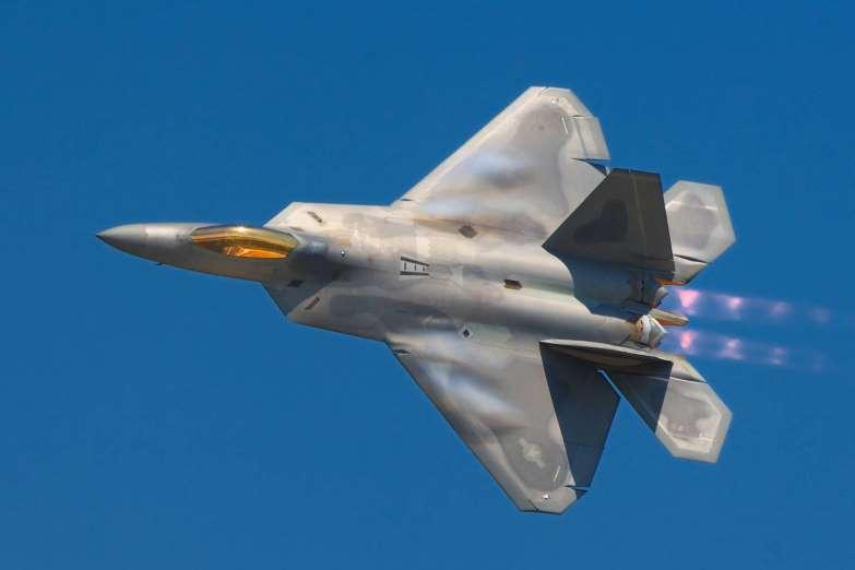 Avión de guerra Lockheed Martin F-22 Raptor. Aviones, submarinos y barcos de guerras mas caros del mundo. Cuanto cuesta un portaviones. Cual es el costo de un avión de guerra. Cuanto vale un submarino nuclear.